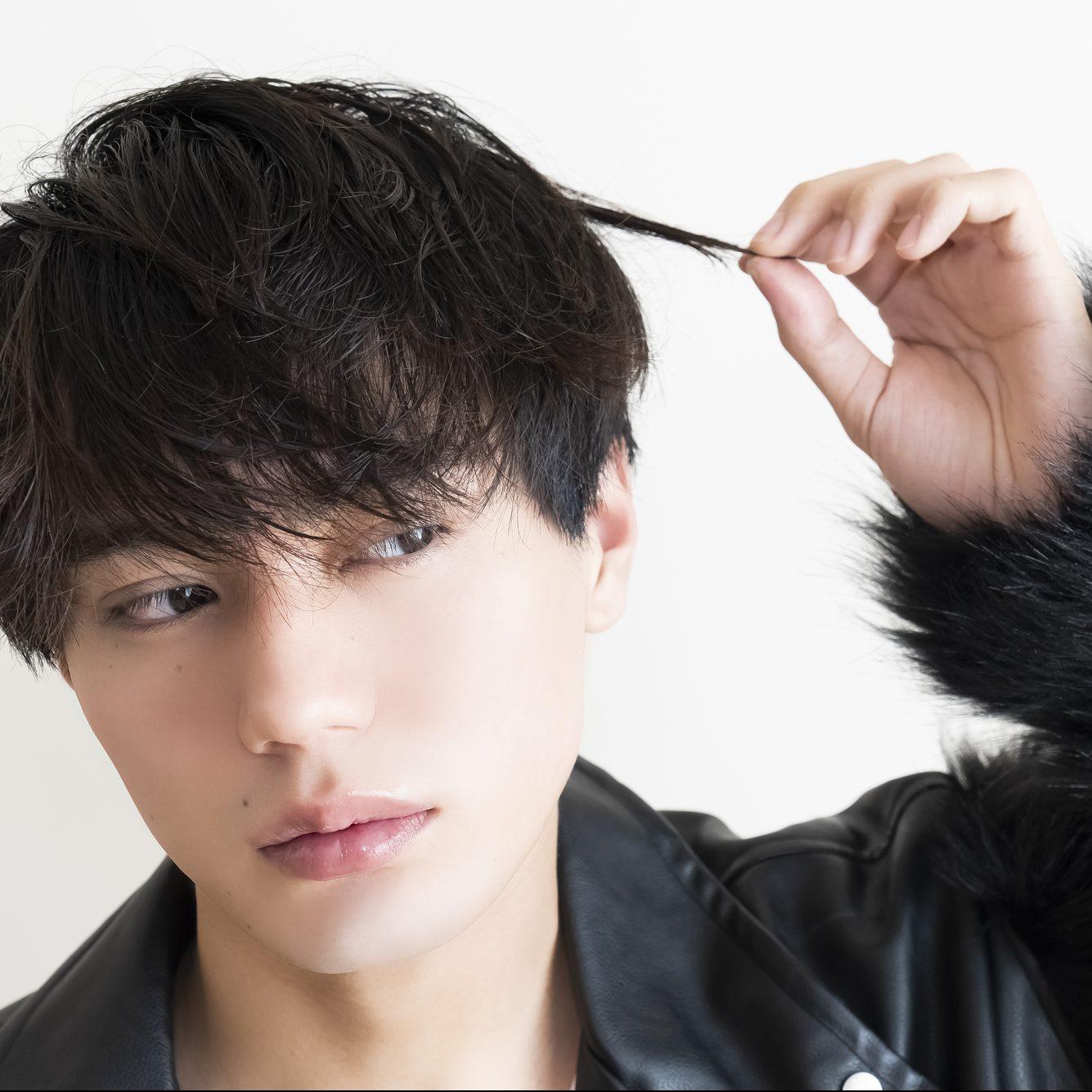 髪をセットしている男性