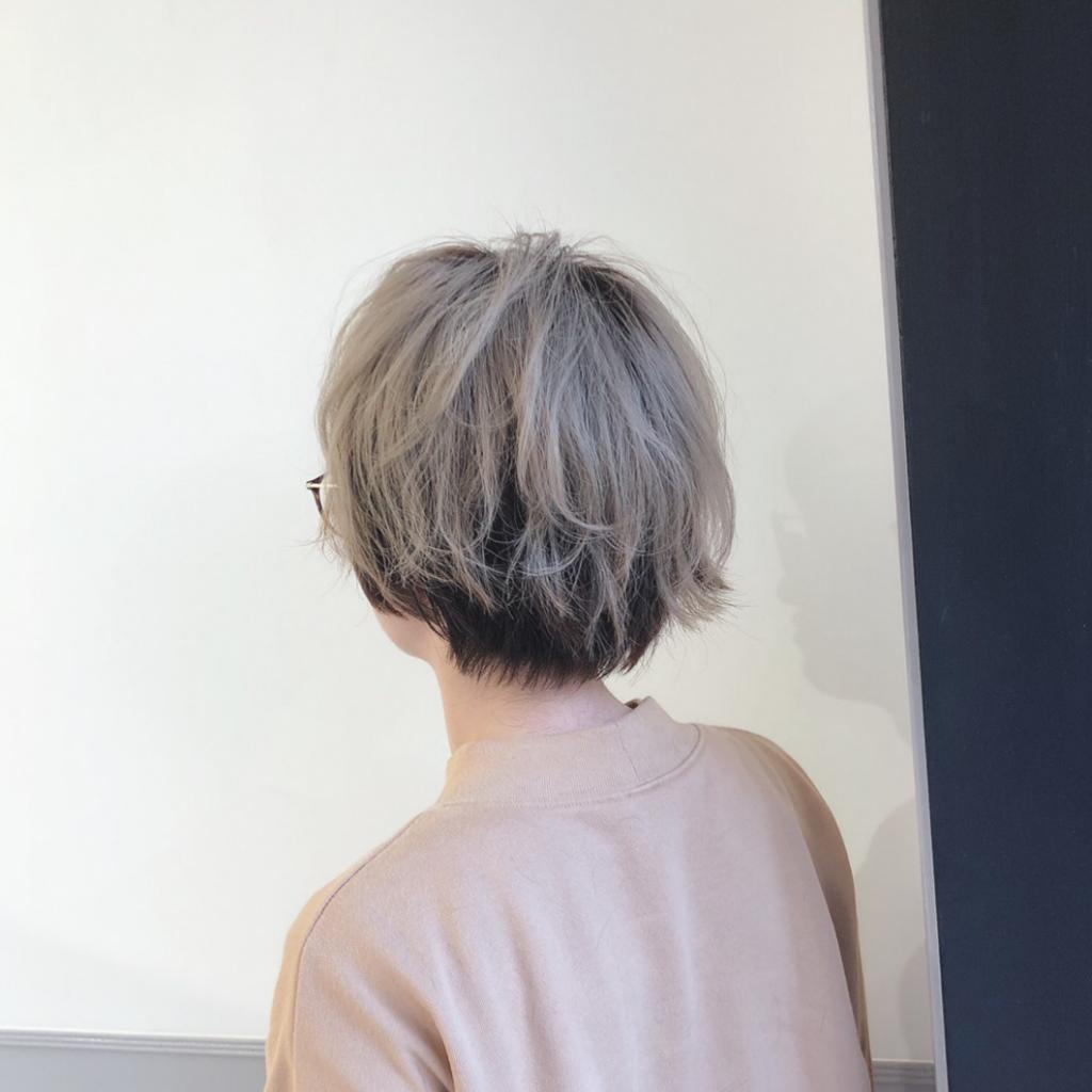 アッシュのツートーンカラーのメンズ派手髪