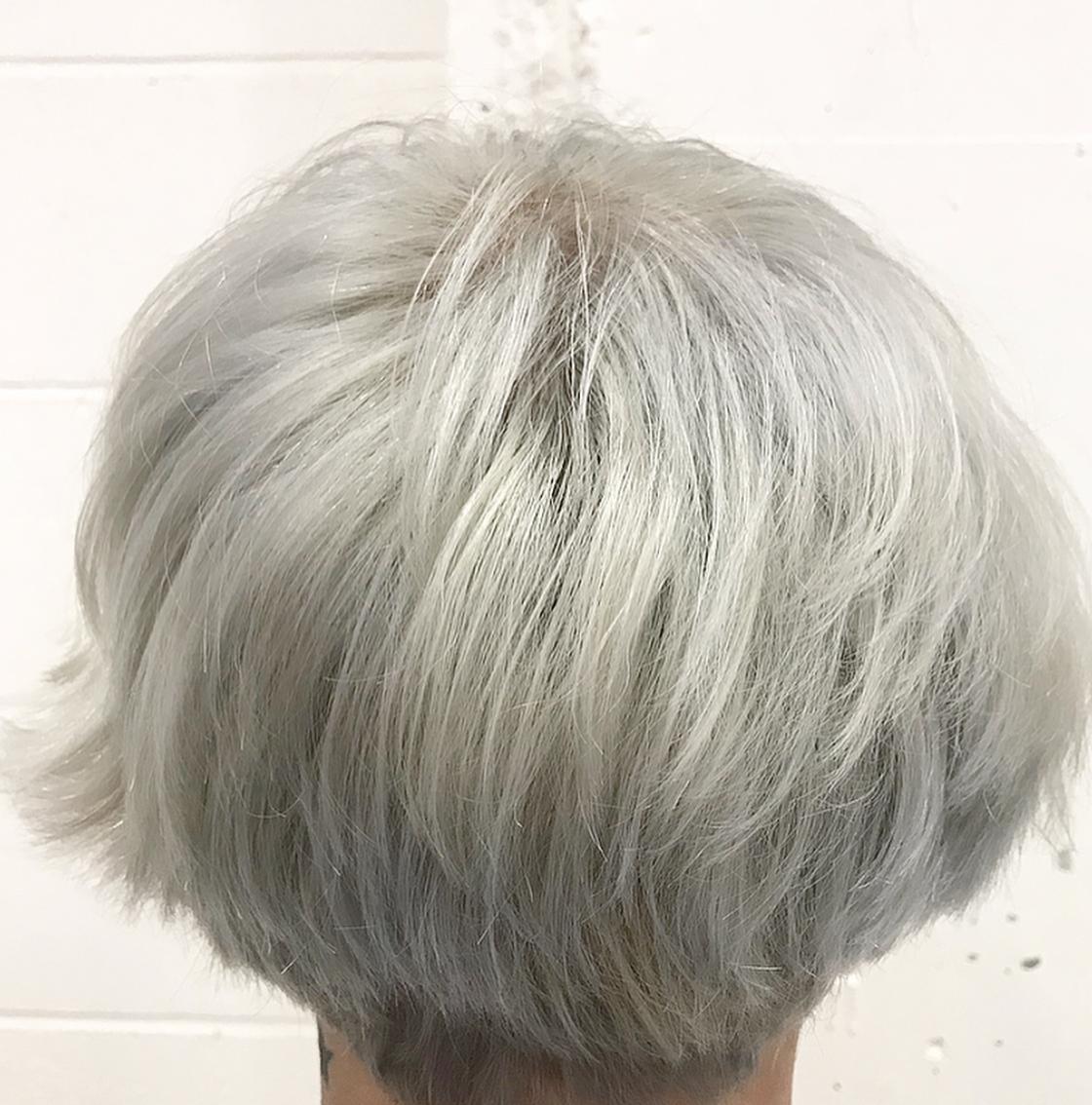 ホワイト系カラーのメンズ派手髪