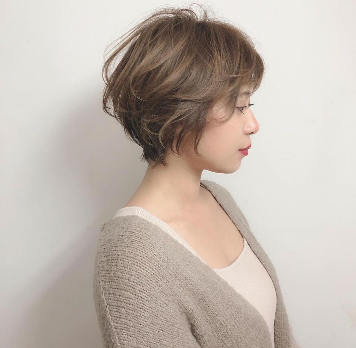 くせ毛を活かした動きのある髪型は洗練された雰囲気に