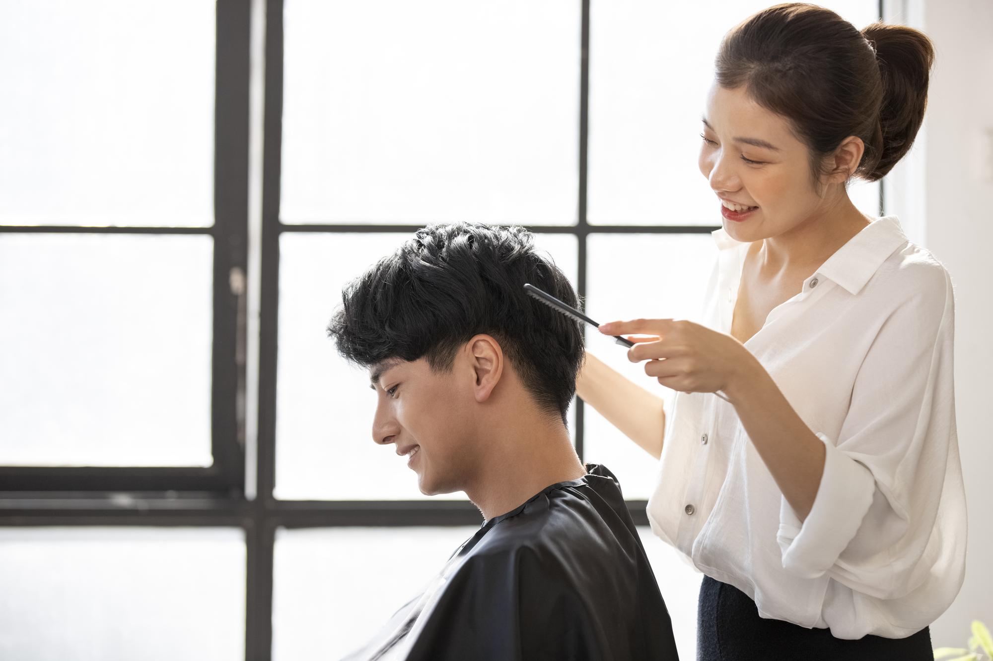 志尊淳さん風の髪型をオーダーしている様子