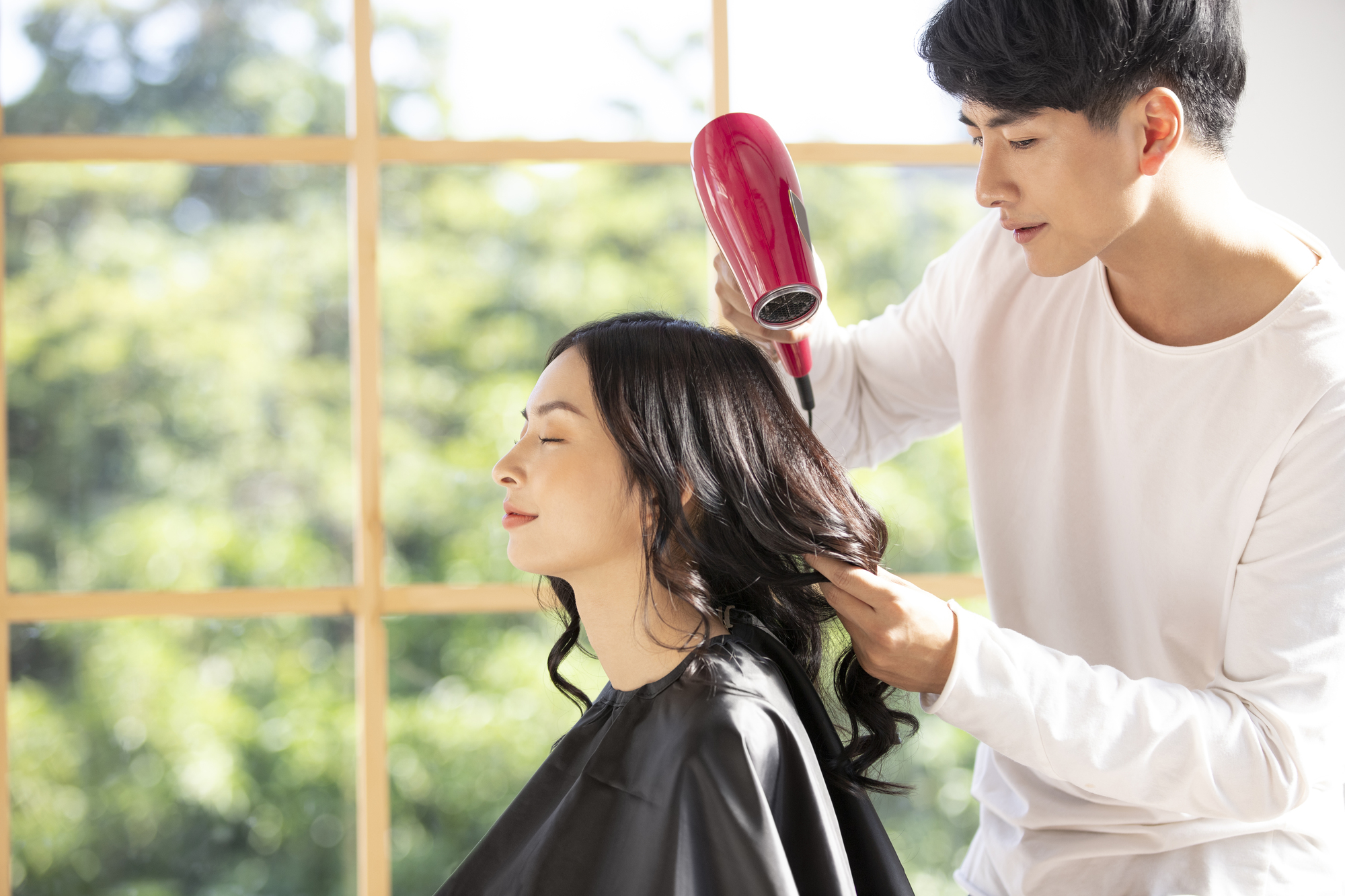 くせ毛の施術はくせ毛専門の美容師にお願いするのがおすすめ