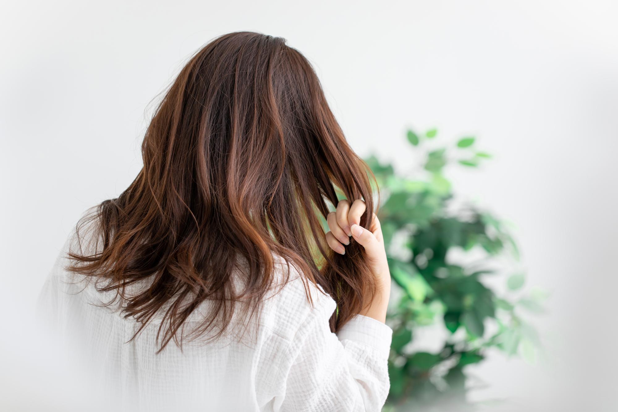 くせ毛で美容院に行きたくない女性